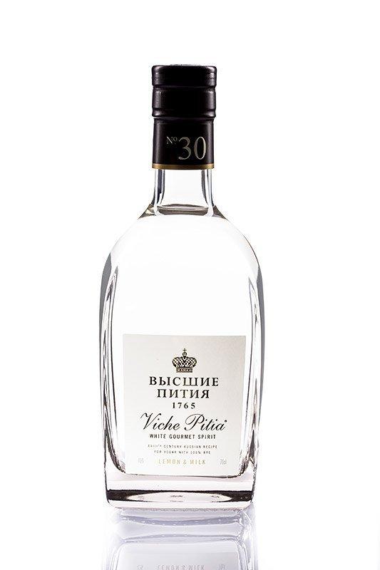 Packshot d'une bouteille de vodka Viche Pitia Lemon & Milk edition russe de face sur fond blanc