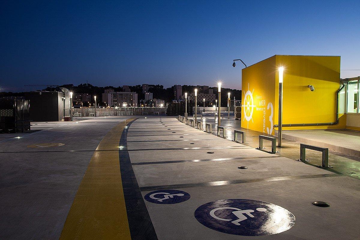 Parking sur le toit avec place handicapée du Centre Commercial Auchan, La Seyne Sur Mer, France - Photographie : Denis Dalmasso