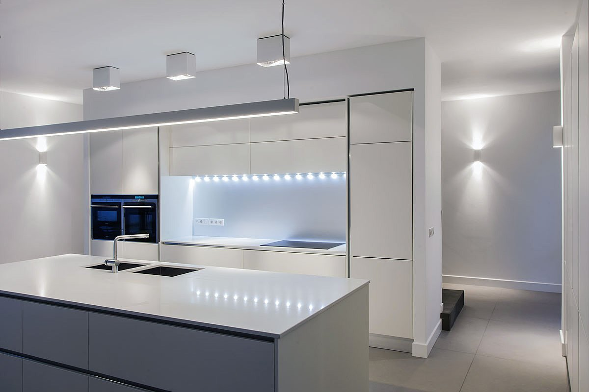 Cuisine contemporaine blanche avec éclairage moderne - Photographie : Denis Dalmasso