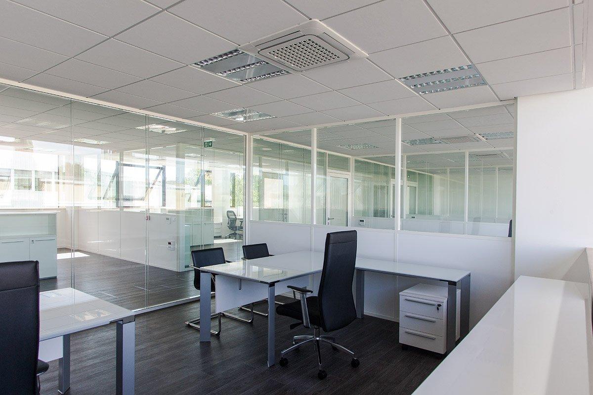 Bureaux vitrés du bâtiment Igiénair d'aix-en-provence - Photographie : Denis Dalmasso