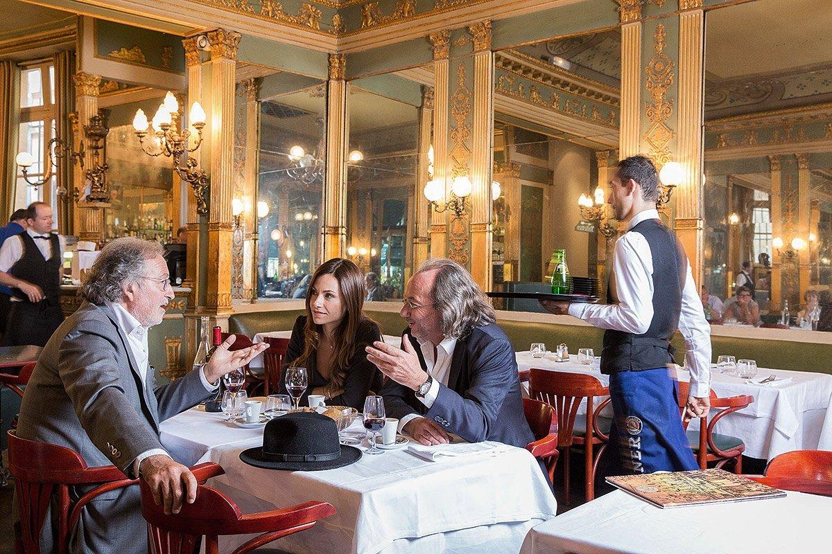 Les avocats aixois, Me Courtois et Me Roman lors d'un déjeuner dans la brasserie les deux garçons à Aix-en-Provence