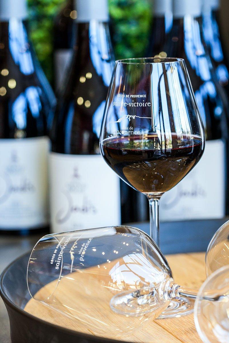 Verre de vin de Côtes de Provence Appellation Sainte Victoire