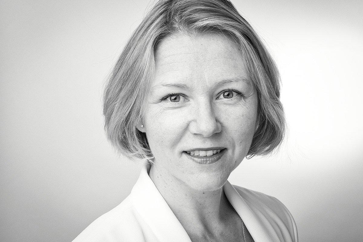 Portrait noir et blanc d'Elena Rouvière - Responsable des Ressources Humaines de la société Assurant à Aix-en-Provence par Denis Dalmasso