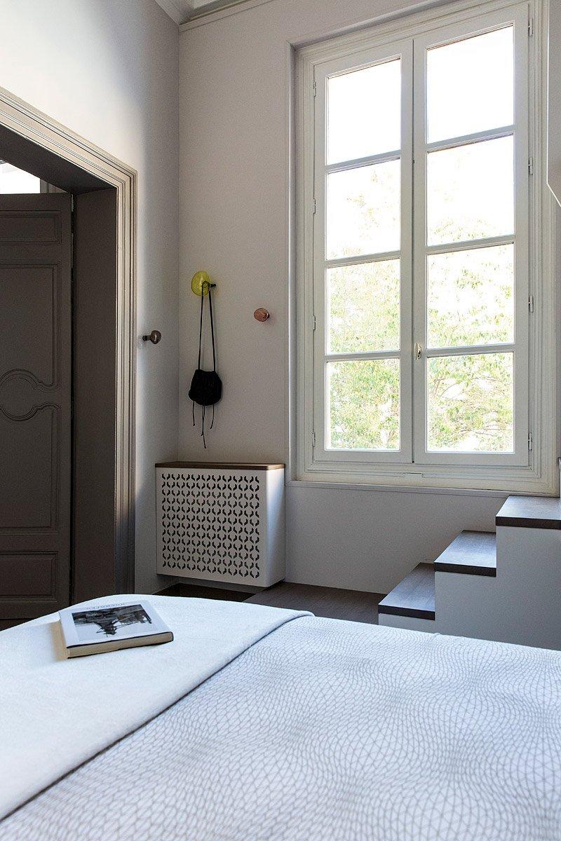 Chambre avec escalier et cache radiateur dessinés par Charlotte Raynaud et réalisé par Falix Hegenbart - Photographie par Denis Dalmasso photographe spécialisé en architecture d'intérieur à Aix-en-Provence
