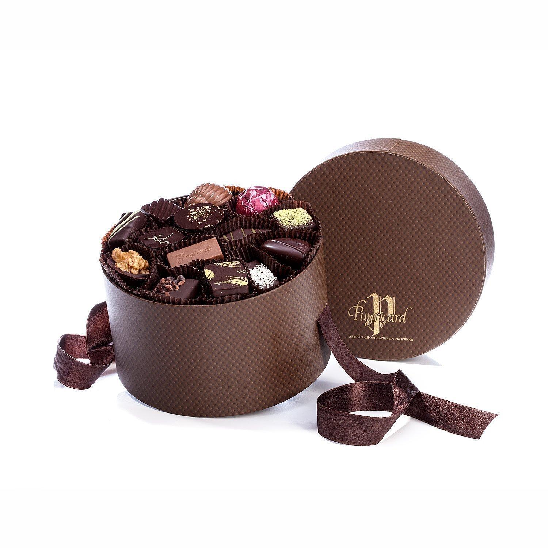 packshot produit d une boite a chapeau rempli de chocolats pour la chocolaterie puyricard