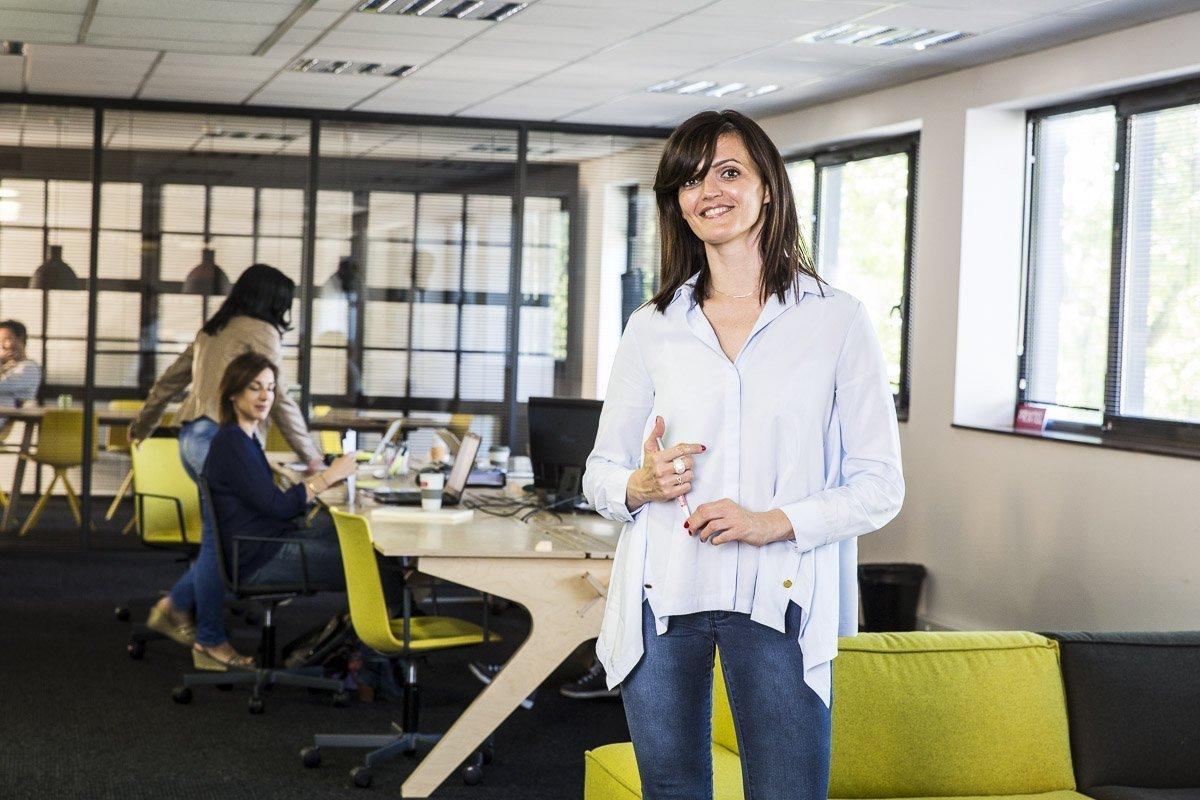 Portrait corporate d'une employée de la société Prixtel dans leurs bureaux d'Aix-en-Provence