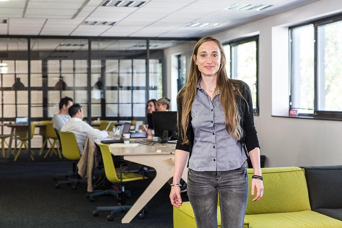 Portrait corporate d'une salariée de la société Prixtel dans leurs bureaux d'Aix-en-Provence