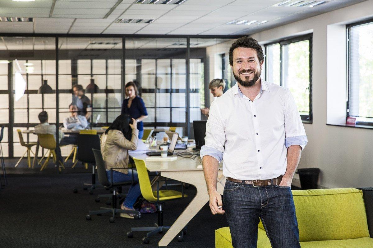 Portrait corporate an ambiance du bureau dans les locaux de la société PRIXTEL à Aix-en-Provence