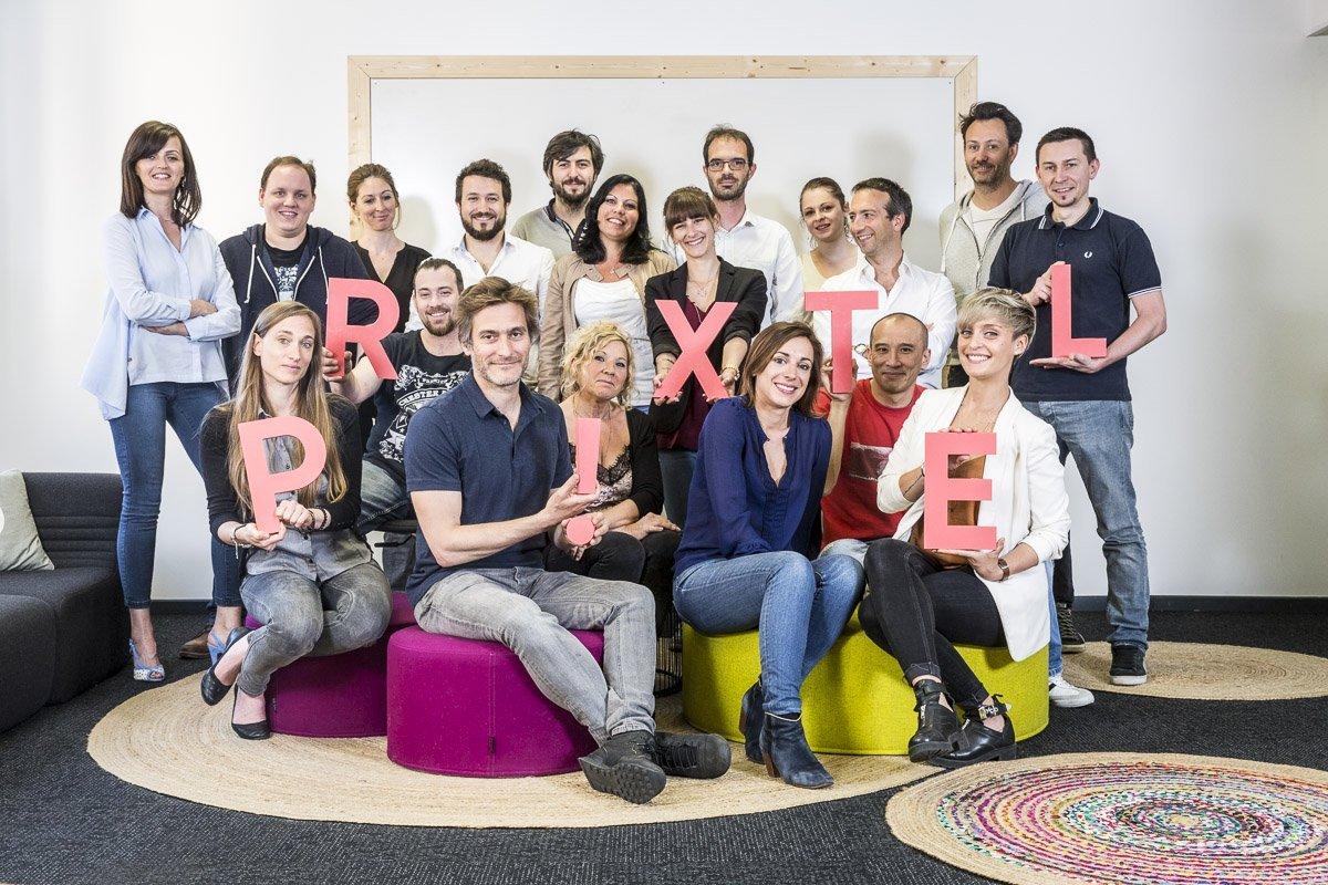 Portrait de groupe des employés de l'opérateur téléphonique PRIXTEL