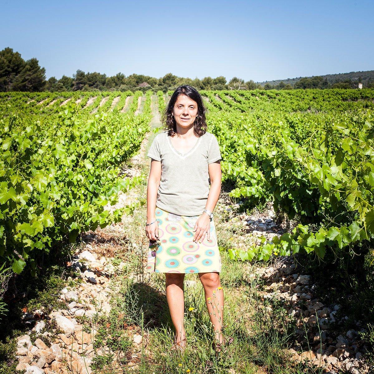Portrait d'une oenologue dans une vigne du Luberon