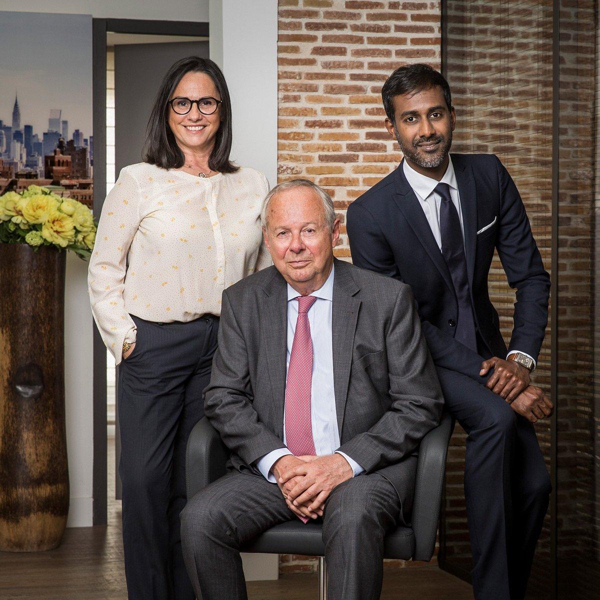 Portrait professionnel de trois avocats dans leur cabinet de Marseille
