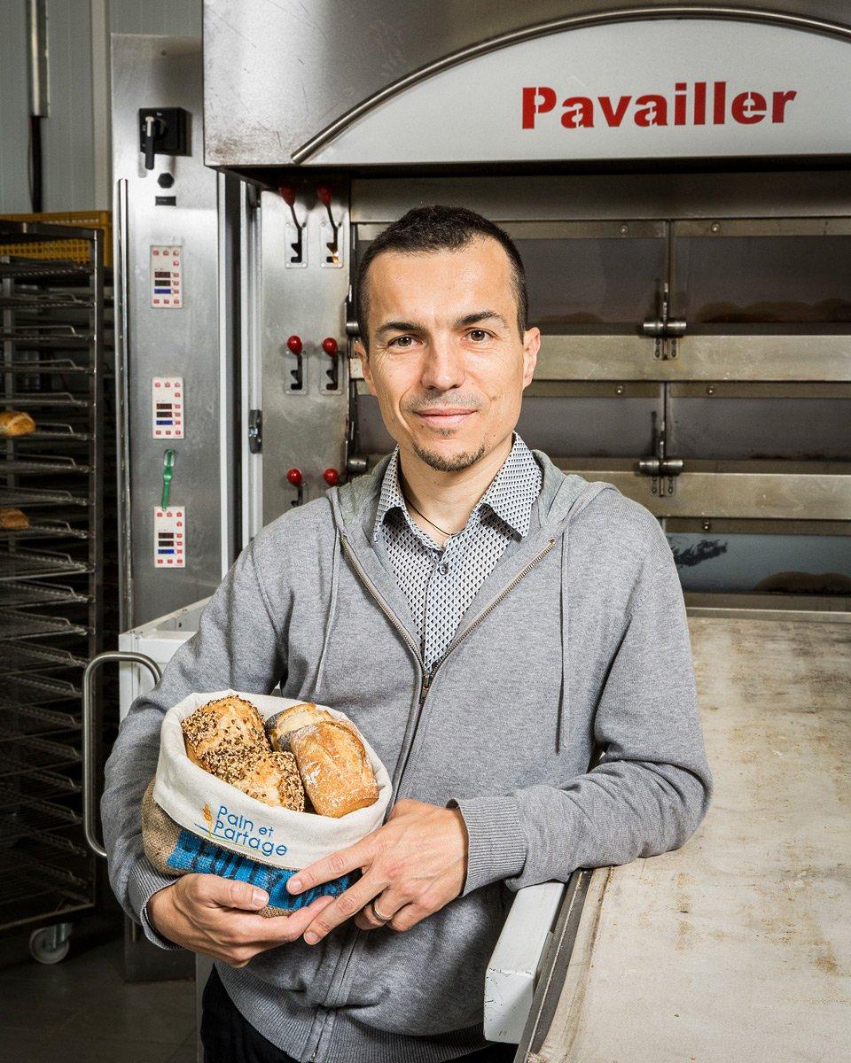 Portrait professionnel d'un boulanger devant son four à pain Pavailler