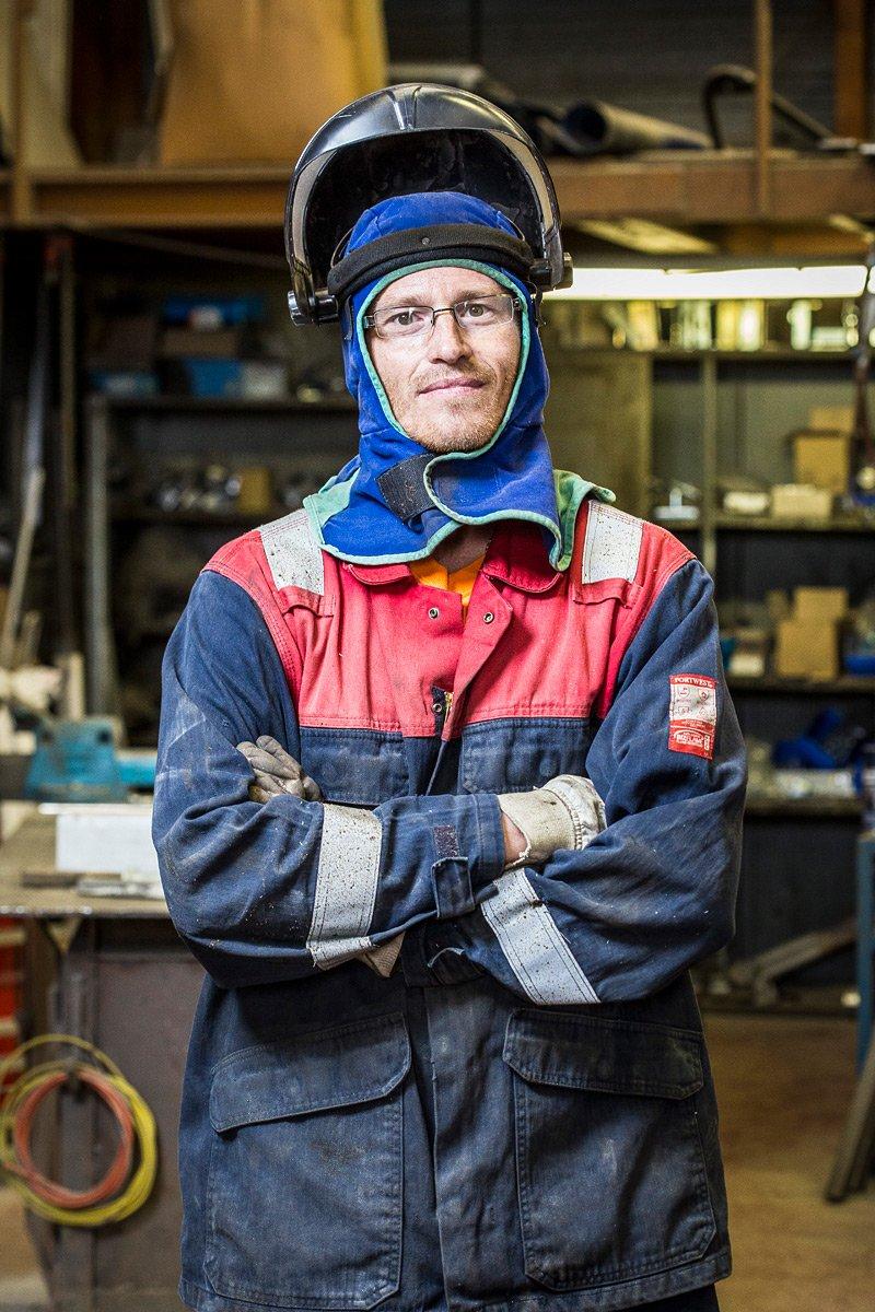 Portrait professionnel d'un chaudronnier soudeur dans l'atelier de la société de transport Dynamic Gorlier
