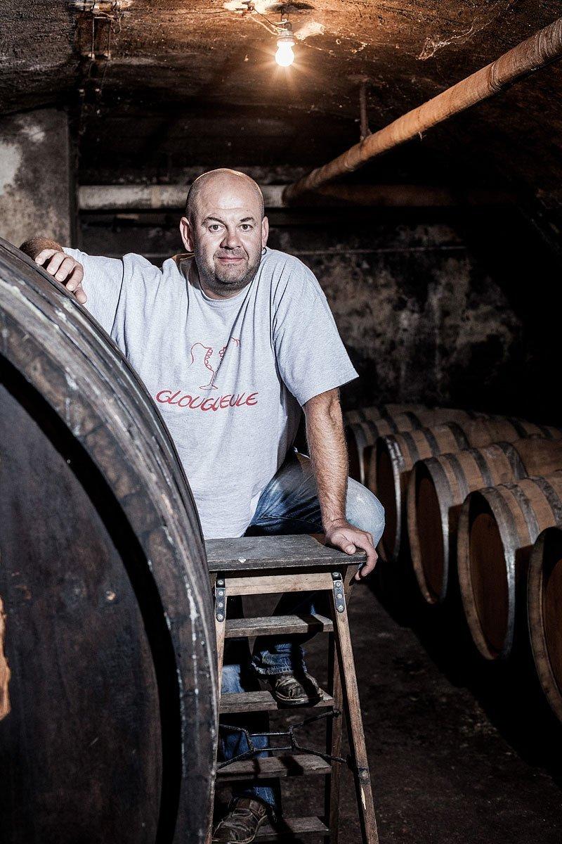 Portrait du vigneron Jean-François Ganevat dans une de ses caves