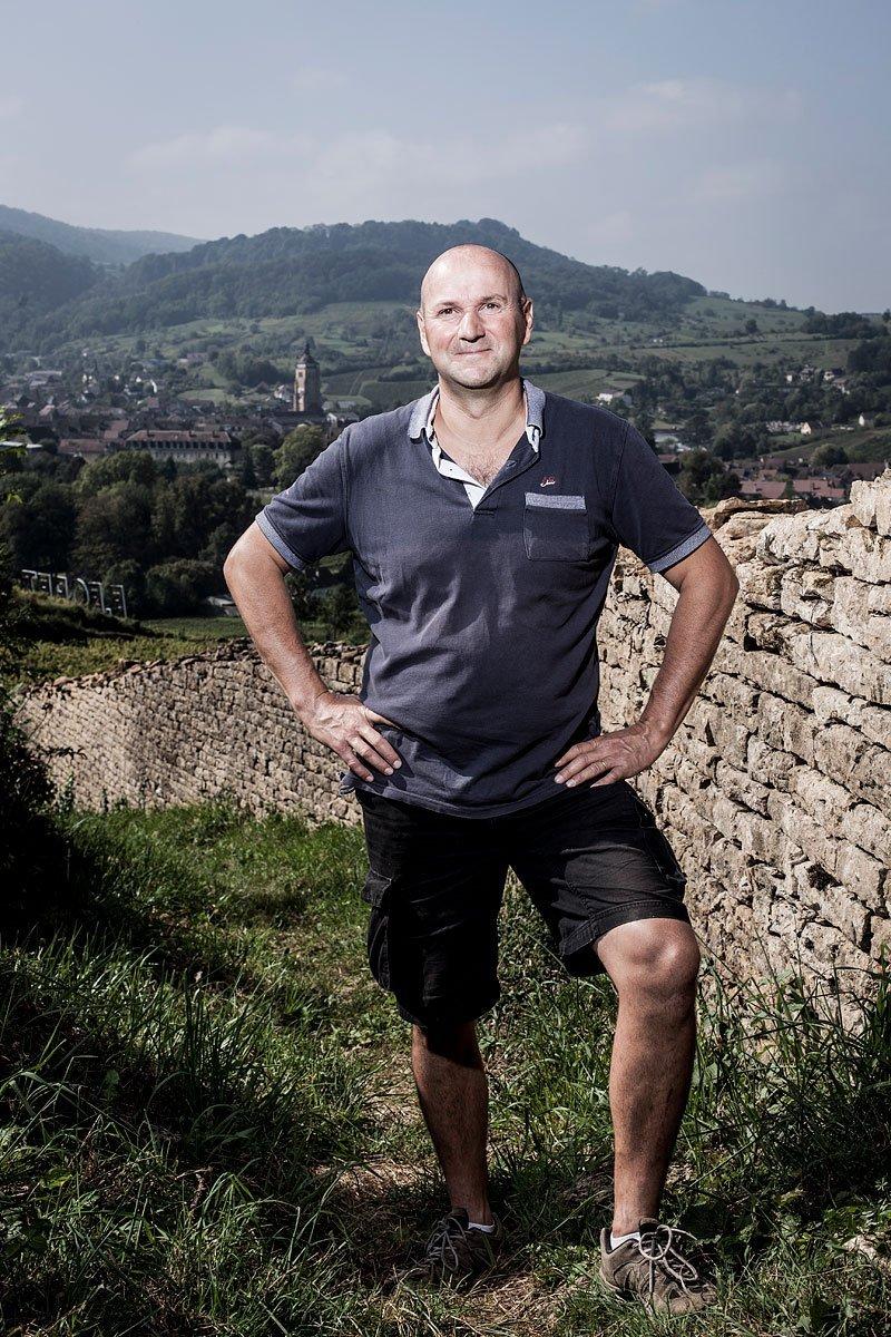 Portrait de Stéphane Tissot dans ses vignes du Jura