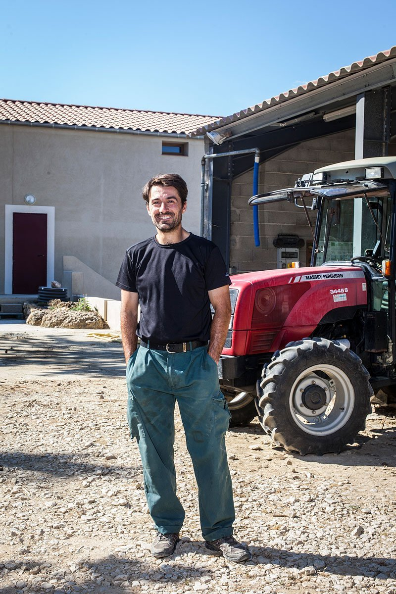 Portrait d'un vigneron du Luberon devant son tracteur