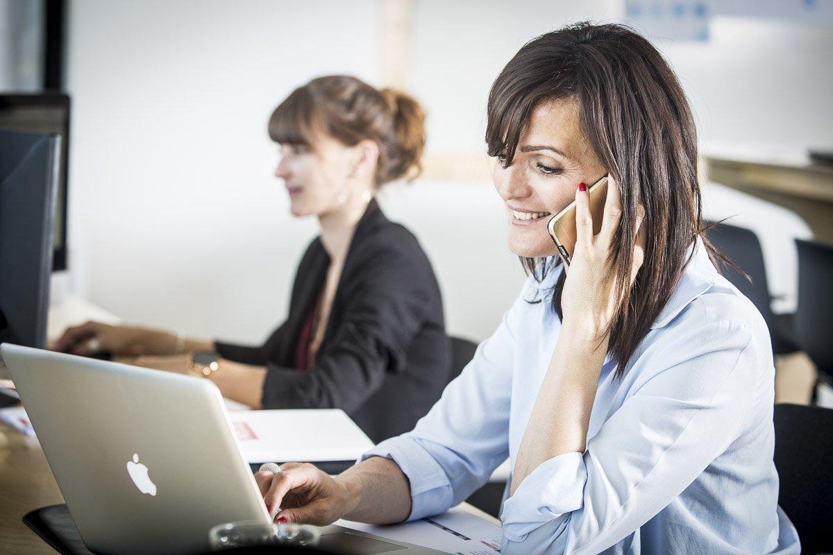 Deux opératrices du service client dans les bureaux de l'opérateur téléphonique PRIXTEL à Aix-en-Provence