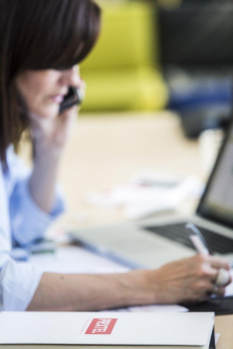 Une opératrice du service client dans les bureaux de l'opérateur téléphonique PRIXTEL à Aix-en-Provence